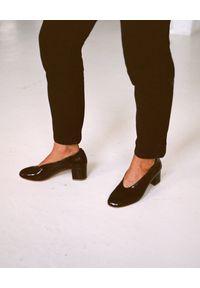 BALAGAN - Czarne lakierowane czółenka Leilot. Okazja: na co dzień. Kolor: czarny. Materiał: lakier. Szerokość cholewki: normalna. Obcas: na obcasie. Styl: wizytowy, elegancki, casual. Wysokość obcasa: średni