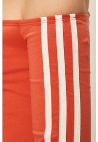 adidas Originals - Sukienka. Okazja: na co dzień. Typ kołnierza: dekolt hiszpanka. Kolor: pomarańczowy. Typ sukienki: proste. Styl: casual