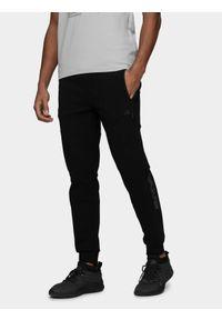 Czarne spodnie dresowe 4f na fitness i siłownię