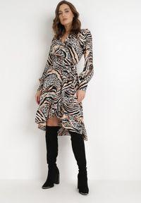 Born2be - Czarno-Beżowa Sukienka Typhike. Typ kołnierza: dekolt w serek. Kolor: czarny. Materiał: tkanina, materiał. Długość rękawa: długi rękaw. Wzór: motyw zwierzęcy, nadruk. Typ sukienki: kopertowe. Długość: midi