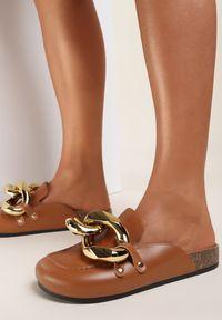 Renee - Camelowe Klapki Rogena. Nosek buta: okrągły. Wzór: aplikacja. Styl: elegancki
