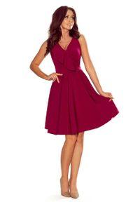 Numoco - Bordowa Rozkloszowana Sukienka z Asymetryczną Falbanką na Dekolcie. Kolor: czerwony. Materiał: poliester, elastan. Typ sukienki: asymetryczne
