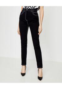 Balmain - BALMAIN - Czarne jeansy z wysokim stanem. Stan: podwyższony. Kolor: czarny. Wzór: aplikacja