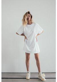 MUUV - Sukienka Boyfriends Tshirt. Kolor: biały. Materiał: bawełna, dzianina. Długość rękawa: krótki rękaw