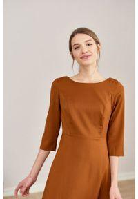 Marie Zélie - Sukienka Asteria wełniana cynamonowa. Kolor: brązowy. Materiał: wełna. Wzór: motyw zwierzęcy, gładki. Typ sukienki: trapezowe. Styl: klasyczny