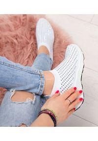 Białe buty sportowe N/M w kolorowe wzory, bez zapięcia