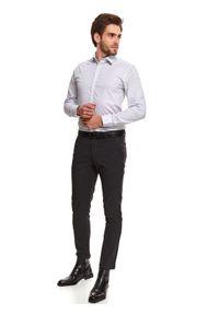 TOP SECRET - Koszula we wzór taliowana. Okazja: na co dzień. Kolor: biały. Materiał: materiał. Długość: długie. Sezon: zima. Styl: casual, elegancki