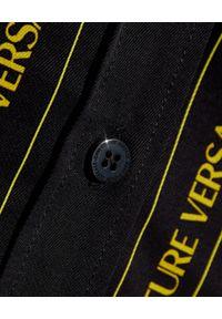 Versace Jeans Couture - VERSACE JEANS COUTURE - Koszula z motywem barokowym. Kolor: czarny. Materiał: wiskoza. Długość: długie. Wzór: nadruk