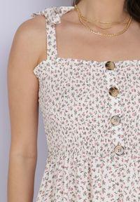 Born2be - Kremowa Sukienka Nailia. Typ kołnierza: dekolt kwadratowy. Kolor: beżowy. Materiał: tkanina. Długość rękawa: na ramiączkach. Wzór: kwiaty, aplikacja. Styl: wakacyjny. Długość: maxi