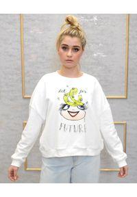 EMMA & GAIA - Biała bluza z nadrukiem. Kolor: biały. Materiał: jeans, bawełna. Wzór: nadruk. Styl: sportowy