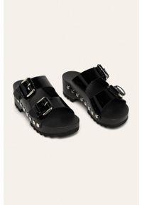 Czarne klapki Calvin Klein Jeans na platformie, bez obcasa