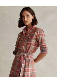 Ralph Lauren - RALPH LAUREN - Sukienka w kratę. Typ kołnierza: polo. Kolor: czerwony. Materiał: bawełna. Długość rękawa: długi rękaw. Długość: midi