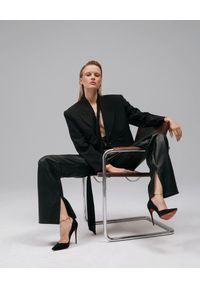 AGGI - Czarne spodnie ze skóry wegańskiej. Stan: podwyższony. Kolor: czarny. Materiał: skóra. Długość: długie. Styl: klasyczny, rockowy
