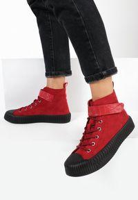 Born2be - Czerwone Botki Thelsys. Okazja: na co dzień. Nosek buta: okrągły. Zapięcie: pasek. Kolor: czerwony. Szerokość cholewki: normalna. Wzór: prążki. Wysokość cholewki: za kostkę. Materiał: skóra. Styl: sportowy, casual