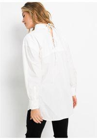 Długa bluzka z ozdobnym sznurowaniem z tyłu bonprix biały. Typ kołnierza: kołnierzyk koszulowy. Kolor: biały. Długość: długie #6