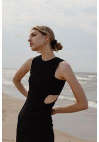 Marsala - Sukienka z prążkowanego materiału z wycięciami BLACK- SEVILLA BY MARSALA. Okazja: na imprezę, na co dzień. Materiał: materiał, prążkowany. Długość rękawa: na ramiączkach. Wzór: geometria. Typ sukienki: sportowe. Styl: sportowy, casual, młodzieżowy