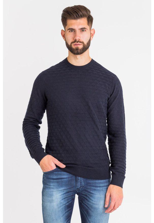 Niebieski sweter Emporio Armani z okrągłym kołnierzem, w kolorowe wzory