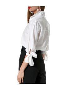 AGGI - Biała koszula z wiązaniami Liceria. Typ kołnierza: kokarda. Kolor: biały. Materiał: tkanina, bawełna. Długość: długie