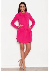Katrus - Różowa Sportowa Sukienka z Lejącym Golfem z Troczkami. Typ kołnierza: golf. Kolor: różowy. Materiał: bawełna, elastan. Typ sukienki: sportowe. Styl: sportowy