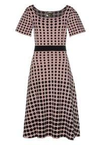 Sukienka dzianinowa w groszki bonprix różowo-brązowo-czarny w kropki. Kolor: różowy. Materiał: dzianina. Wzór: grochy, kropki