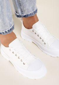 Renee - Białe Trampki Erannyx. Nosek buta: okrągły. Zapięcie: sznurówki. Kolor: biały. Szerokość cholewki: normalna. Wzór: aplikacja. Wysokość cholewki: przed kostkę. Materiał: jeans, materiał, guma. Obcas: na obcasie. Wysokość obcasa: niski