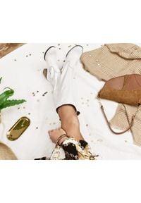 Zapato - kozaki - skóra naturalna - model 154 - kolor biały. Okazja: do pracy, na randkę, na spotkanie biznesowe, na co dzień. Zapięcie: bez zapięcia. Kolor: biały. Szerokość cholewki: normalna. Wzór: kolorowy. Materiał: skóra. Sezon: lato, jesień, zima, wiosna. Obcas: na obcasie. Styl: biznesowy, boho, casual. Wysokość obcasa: średni