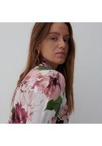 Reserved - Szmizjerka w kwiaty - Różowy. Kolor: różowy. Wzór: kwiaty. Typ sukienki: szmizjerki