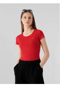 4f - T-shirt damski. Kolor: czerwony. Materiał: bawełna, elastan. Długość rękawa: krótki rękaw. Długość: krótkie. Sport: fitness, bieganie, turystyka piesza