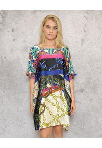 EMMA & GAIA - Sukienka z krótkim rękawem. Okazja: na co dzień, do pracy. Kolor: czarny. Długość rękawa: krótki rękaw. Wzór: nadruk. Typ sukienki: proste, sportowe. Styl: sportowy, wakacyjny, casual