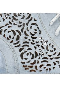Niebieskie botki Arturo Vicci na wiosnę, w ażurowe wzory