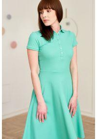 Marie Zélie - Sukienka Polo zielona – trapezowa XXS zielony. Okazja: na co dzień, do pracy. Typ kołnierza: polo. Kolor: zielony. Materiał: dzianina, materiał, bawełna. Długość rękawa: krótki rękaw. Typ sukienki: trapezowe. Styl: sportowy, klasyczny, wakacyjny, casual