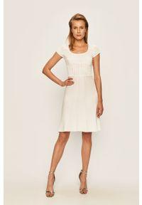 Biała sukienka Guess Jeans z okrągłym kołnierzem, casualowa
