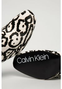 Białe botki Calvin Klein na obcasie, na średnim obcasie, na zamek