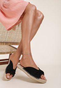 Renee - Czarne Klapki Adozelphise. Nosek buta: okrągły. Kolor: czarny. Wzór: aplikacja. Obcas: na platformie