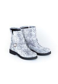 Białe botki Zapato na klamry, wąskie