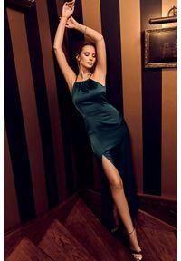 Makover - Elegancka dopasowana sukienka maxi typu halter neck. Typ kołnierza: dekolt halter. Materiał: materiał. Typ sukienki: ołówkowe. Styl: elegancki. Długość: maxi