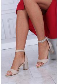 Beżowe sandały Casu z paskami