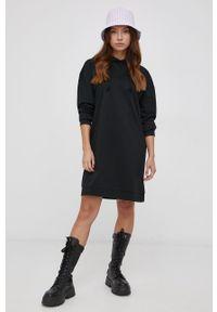 Vero Moda - Sukienka. Typ kołnierza: kaptur. Kolor: czarny. Materiał: dzianina, materiał. Długość rękawa: długi rękaw. Wzór: gładki