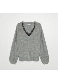 Szary sweter Cropp w koronkowe wzory