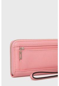 Guess - Portfel. Kolor: różowy. Materiał: materiał. Wzór: gładki