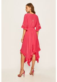 TwinSet - Twinset - Sukienka. Kolor: różowy. Materiał: tkanina. Typ sukienki: asymetryczne, rozkloszowane