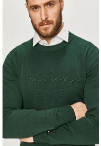 TOMMY HILFIGER - Tommy Hilfiger - Sweter. Kolor: zielony. Materiał: dzianina. Wzór: aplikacja