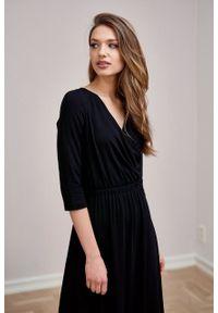 Marie Zélie - Sukienka Rita czarna – mikromodal. Typ kołnierza: dekolt kopertowy. Kolor: czarny. Materiał: wiskoza, dzianina, elastan, włókno, skóra. Długość rękawa: krótki rękaw. Typ sukienki: proste, kopertowe