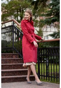 Marie Zélie - Trencz Adria bawełna z elastanem czerwony. Kolor: czerwony. Materiał: bawełna, elastan. Sezon: lato. Styl: klasyczny #9