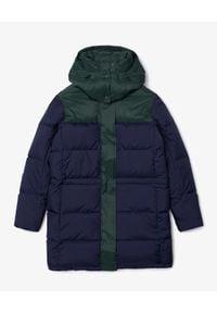 Lacoste - LACOSTE - Puchowy płaszcz z logo. Typ kołnierza: kaptur. Kolor: zielony. Materiał: puch. Wzór: nadruk. Sezon: jesień, zima