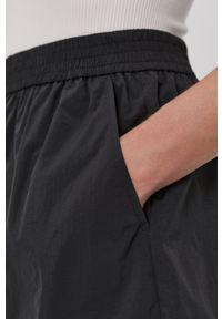 Vero Moda - Szorty. Okazja: na co dzień. Kolor: czarny. Materiał: tkanina, poliester. Wzór: gładki. Styl: casual