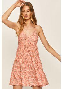 Różowa sukienka Answear Lab na co dzień, mini, wakacyjna, rozkloszowana
