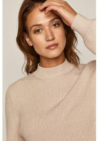 Kremowy sweter medicine na co dzień, z długim rękawem