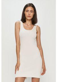 Guess - Sukienka. Okazja: na co dzień. Kolor: biały. Materiał: dzianina. Długość rękawa: na ramiączkach. Typ sukienki: proste. Styl: casual