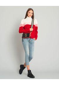 MONCLER - Wełniany sweter z logo. Typ kołnierza: golf. Kolor: czerwony. Materiał: wełna. Długość rękawa: długi rękaw. Długość: długie